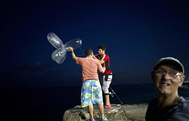 古巴渔夫把男人的套套吹成气球,竟能钓一夜的鱼