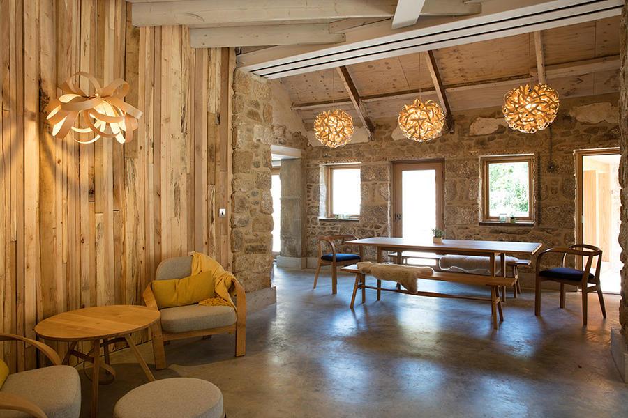 家具设计师 Tom Raffield 利用蒸汽弯曲后的木材 DIY 自家房子